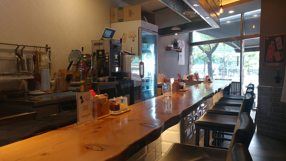 삿포로 바베큐 내부. 가게는 11개의 카운터로 구성돼 있다.