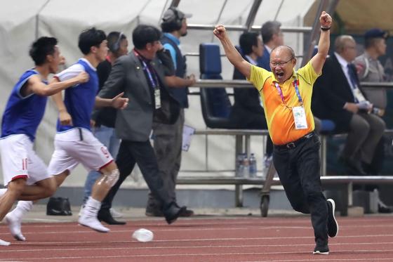 27일 오후 인도네시아 브카시 패트리어트 스타디움에서 열린 2018 자카르타·팔렘방 아시안게임 U-23 남자축구 8강전 베트남과 시리아의 경기 연장 후반 베트남의 골이 터지자 박항서 감독이 환호하고 있다. [뉴스1]