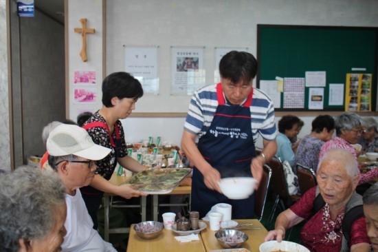 독거노인 점심식사 배부 봉사를 함께 하고 있는 한익종씨의 학교 후배들. 나눔을 가장 극명하게 보여주는 모습이다. [사진 한익종]