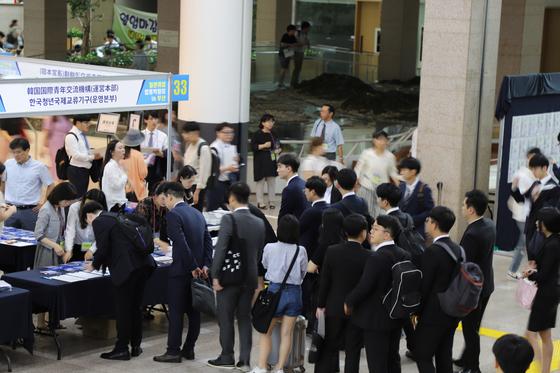 지난 25일 부산 연산동 부산시청에서 열린 '일본취업합동박람회'에는 800여 명의 구직자들이 몰렸다. 행사에 참여한 50여 개의 일본 업체들은 현장 면접 등을 통해 한국인 인재 사냥을 벌였다. [한국청년국제교류기구 제공]