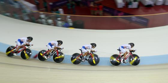 2018 자카르타-팔렘방 아시안게임 사이클 트랙 여자 팀추월이 28일 자카르타 국제 벨로드롬에서 열렸다. 선수들이 트랙을 질주하고 있다. 자카르타=김성룡 기자