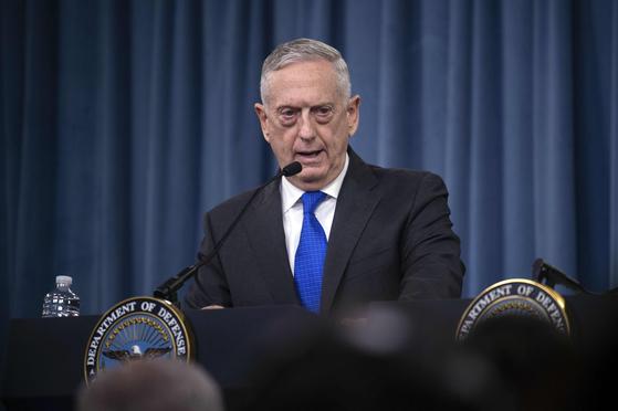 """제임스 매티스 미 국방장관이 28일 국방부 기자회견에서 """"더 이상 한미 연합훈련 중단은 없다""""고 밝혔다. [AFP=연합뉴스]"""