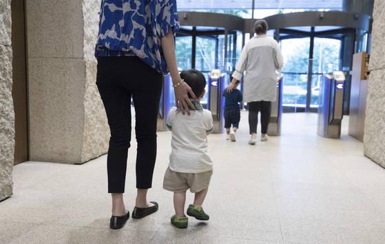 지난 7월 서울 마포구 한 기업에서 직장맘들이 직장어린이집에서 아이들을 하원 시키고 있다. [연합뉴스]