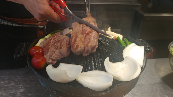 양고기를 가장 맛있게 먹을 수 있도록 고기는 윤 대표가 직접 구워준다.