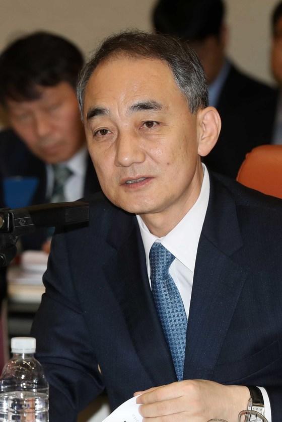 왕정홍 신임 방사청장이 지난해 10월 열린 감사원 국정감사에서 국회의원 질의에 답하고 있는 모습. 왕 청장은 당시 감사원 사무총장이었다.      김상선 기자
