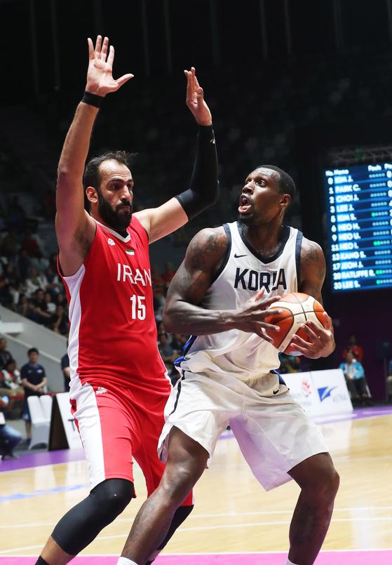 라건아 홀로 분전...남자 농구, AG 4강서 이란에 패