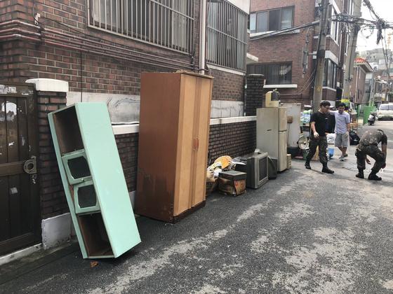 서울 은평구 응암3동 주택가 모습. 물에 젖은 냉장고와 가구 등이 집밖에 놓여 있다. 전민희 기자