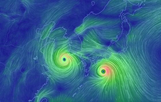 23일 한반도를 향해 다가오는 태풍 '솔릭'과 그 뒤를 이어 북상 중인 태풍 '시마론'의 쌍태풍의 모습이 보인다. 기상청은 솔릭에 대해 '역대급 규모' '수도권 관통' 등의 표현을 써가며 큰 피해를 보일 것으로 예고한 바 있다.[뉴시스]