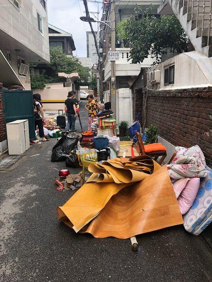 30일 서울 은평구 응암3동 주택가는 폭우로 침수된 살림살이를 집 앞에 내놓은 집이 많았다. 전민희 기자