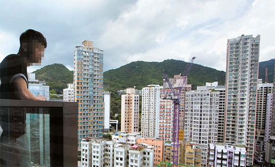 홍콩은 집값이 가파르게 오르면서 '벼룩 아파트'로 불리는 18~20㎡짜리 초소형 아파트가 들어섰다. 이마저도 가격이 오르자 일부 20~30대는 거주가 금지된 공장 건물 한 쪽에 불법 입주하고 있다. [홍콩 AP=연합뉴스]