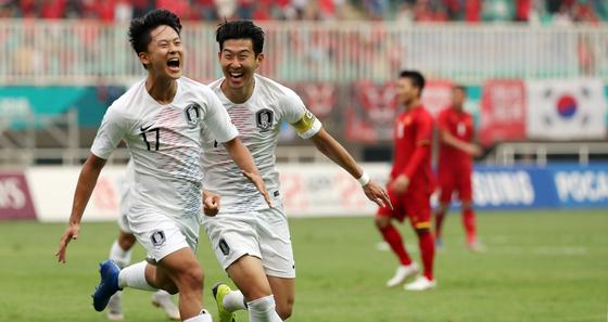 베트남과 4강전에서 이승우(왼쪽)가 첫 골을 성공시킨 뒤 손흥민과 함께 환호하고 있다. [연합뉴스]