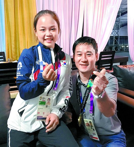 아시안게임 여자도마 금메달리스트 여서정(왼쪽)과 그의 아버지 여홍철 교수. [중앙포토]