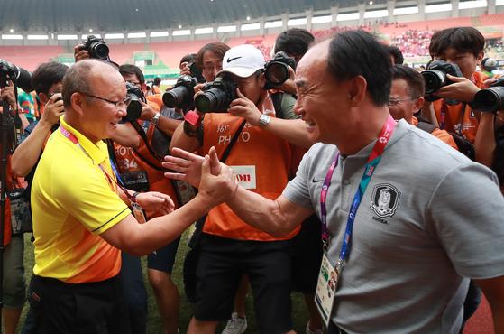 김학범 감독(오른쪽)이 이끄는 우리 축구대표팀은 한국인 박항서 감독이 지휘봉을 잡은 베트남을 넘어 아시안게임 결승에 올랐다. 4년 전 인천 대회에 이은 2연속 우승에 한 발 가까이 다가섰다. [연합뉴스]