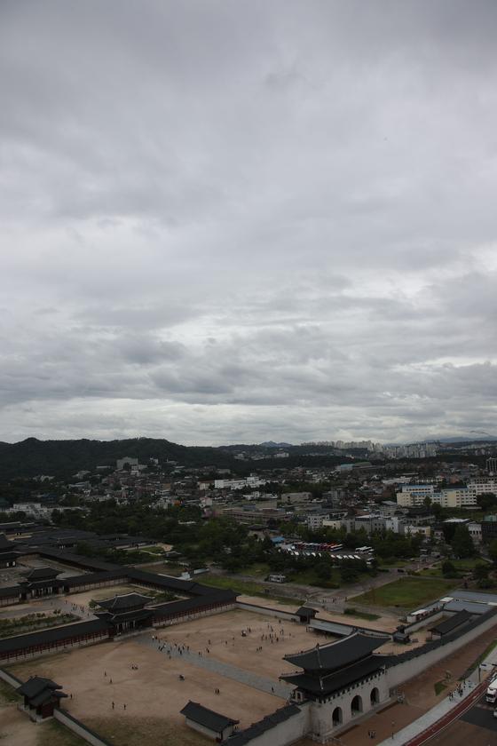 제19호 태풍 '솔릭'이 24일 호남과 충청 등 한반도를 관통했다. 이날 서울 시내에는 짙은 먹구름이 잔뜩 끼고 부슬비가 내리는 정도였다. [연합뉴스]