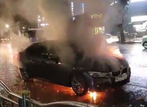 30일 새벽 노원구 상계동에서 주행 중 엔진룸에 불이 붙은 BMW 320i 차량.[연합뉴스]