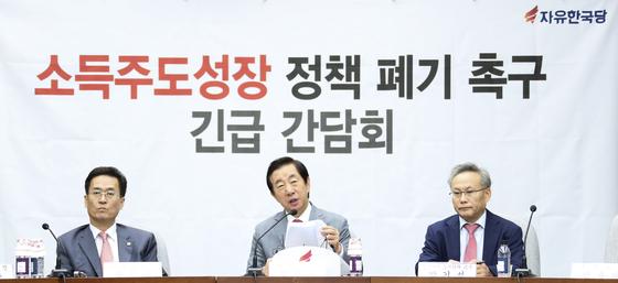자유한국당 김성태 원내대표(가운데)가 31일 오전 서울 여의도 국회에서 열린 소득주도성장정책폐기 촉구를 위한 긴급 간담회에서 모두발언을 하고 있다. 임현동 기자