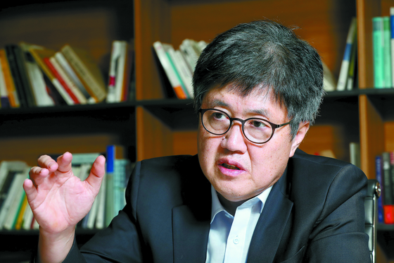"""유경준 전 통계청장은 '자영업자 비중이 높은 한국의 고용구조에서 최근 고용·분배 지표 악화에 최저임금의 영향이 없다고 주장하는 것은 경제 전반에 대한 이해가 부족한 결과""""라고 지적했다. [우상조 기자]"""