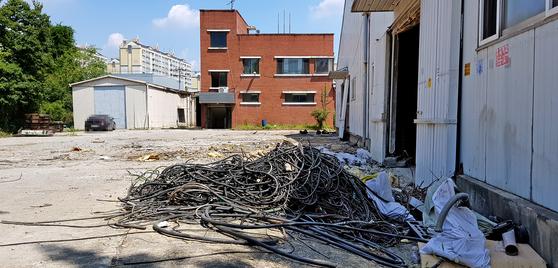 지난 8일 충남 천안 백석농공단지 내 한 공장이 수주 물량 감소와 인건비 상승 등으로 가동을 중단하면서 폐허처럼 변해 있다. [신진호 기자]