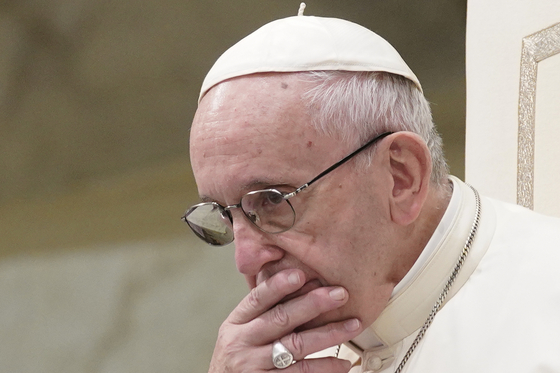 지난 22일(현지시간) 일반 알현 도중 깊은 생각에 잠긴 프란치스코 교황. [AP=연합뉴스]