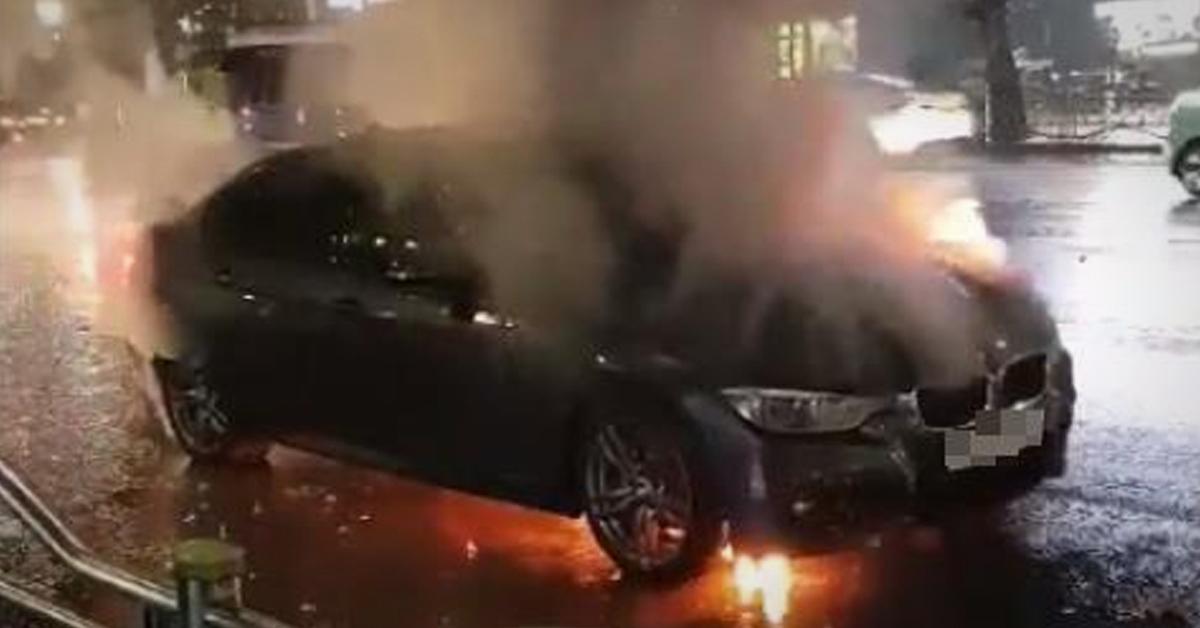 지난 30일 새벽 서울 노원구 마들역 인근서 BMW 신형 320i에서 화재가 발생했다. [연합뉴스]