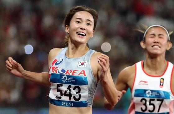 2018 자카르타-팔렘방 아시안게임 육상 여자 허들 100m 결승이 자카르타 겔로라 붕 카르노 주경기장에서 열렸다. 한국 정혜림 선수가 1위로 결승선을 통과한 뒤 환호하고 있다. 김성룡 기자