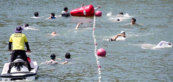 해양경찰의 체력평가 항목 중 하나인 바다수영 평가에 참여한 직원들이 전북 군산시 비응항 인근 앞바다에서 50~100m 수영을 하고 있다. [프리랜서 장정필]