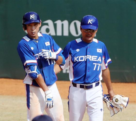 2018 자카르타-팔렘방 아시안게임 야구 일본전에서 안타를 치고 나간 이정후(왼쪽). 자카르타=김성룡 기자