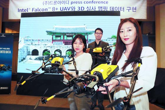 드론아이디는 30일 오전 서울 프레스센터에서 '산업용 드론의 현재와 미래'를 주제로 미디어데이를 개최했다. 드론아이디 직원들이 산업용 드론 '인텔 팔콘 8+' 제품을 소개하고 있다. [김상선 기자]