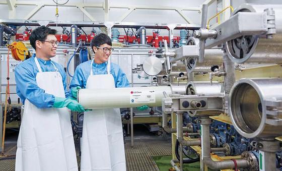 LG화학은 경쟁사 제품보다 10% 이상 고(高)유량 구현이 가능한 가정용 RO필터 제품을 내놓고 신규시장 개척에 나설 예정이다. 청주공장에서 RO필터를 테스트하고 있다. [사진 LG화학]