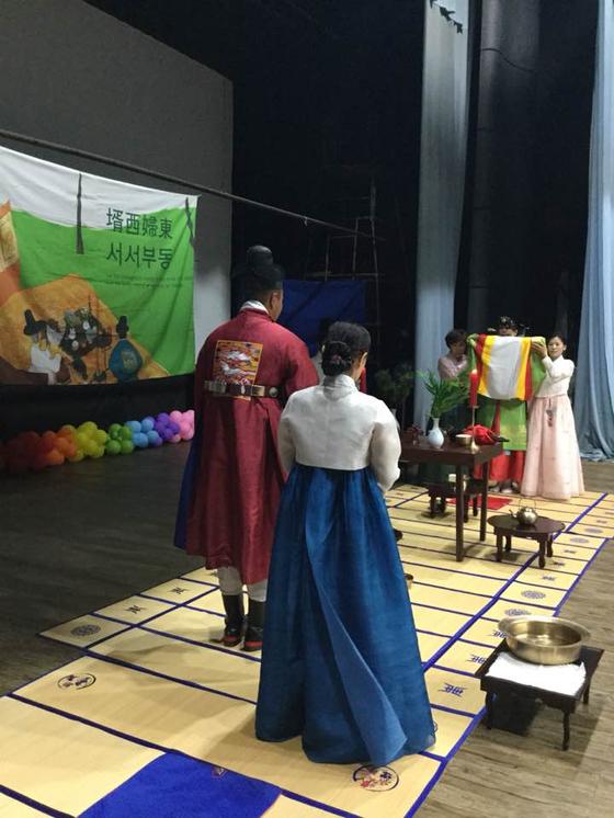 카자흐스탄 알마티에서 도산우리예절원 진행으로 한국 전통 혼례를 치르는 신랑, 신부. [사진제공 도산우리예절원]