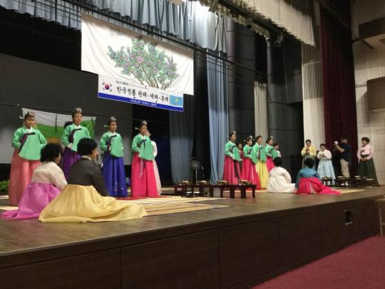 알마티에서 한국 전통 성년식인 비녀를 꽂는 계례를 진행하고 있다. [사진제공 도산우리예절원]