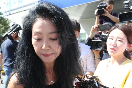 이재명 경기도지사의 '여배우 스캔들' 의혹 당사자인 배우 김부선 씨가 22일 오후 경기도 성남시 분당경찰서에 피고발인 신분으로 출석했다가 조사를 거부하고 30분 만에 다시 경찰서를 나와 취재진의 질문에 답하고 있다. [연합뉴스]