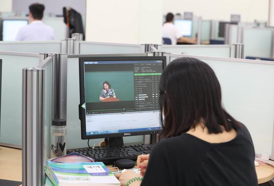 도서관 멀티미디어 자료실에서 한 학생이 인터넷 강의를 듣고 있다. 신인섭 기자