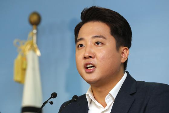 바른미래당 이준석 전 노원병 지역위원장이 8월 9일 오전 국회 정론관에서 기자회견을 열고 9·2 전당대회 당대표 출마를 선언하고 있다. [연합뉴스]