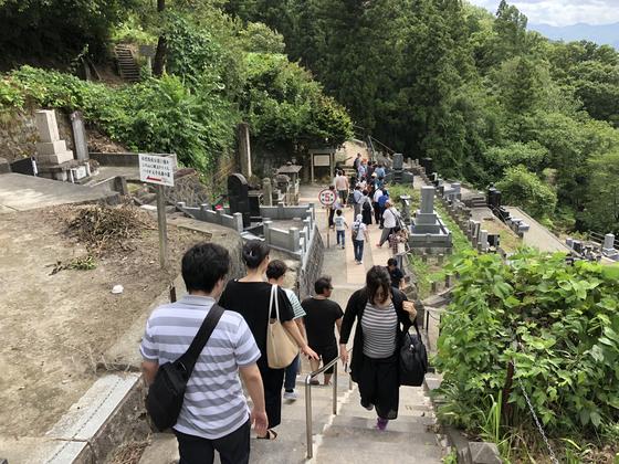 아이즈번의 쓰루가성이 함락된 줄 착각하고, 이모리산 중턱에서 자결한 백호대 소속 소년 무사 20명. 그 곳을 보기위해 관광객들이 몰려들었다. 서승욱 특파원