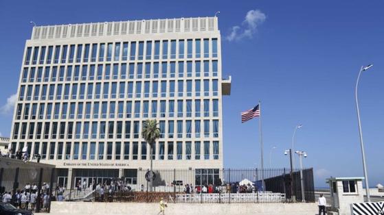 쿠바 주재 미국 대사관 건물 외관. 미국 외교관들은 2016년부터 원인을 알 수 없는 두통에 시달려 왔다.[중앙포토]