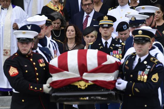1일 워싱턴 DC국립성당에서 열린 고 존 매케인 상원 의원의 추모식이 끝난 뒤 신디 매케인 (Cindy McCain과 아들 지미 매케인 (Jimmy McCain)이 운구 행렬을 따르고 있다. [AP=연합뉴스]