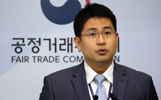 공정거래위워는 서울 압구정동소재 '투명치과' 피해자들이 잔여 신용카드 할부금의 지금을 거절 할 수 있다고 밝혔다. 지난달 31일 홍정석 공정거래위원회 할부거래과장이 관련 브리핑을 하고 있다.[뉴스1]
