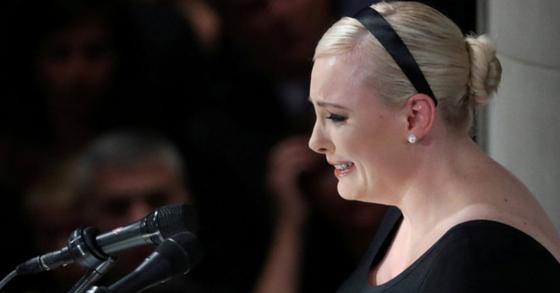 1일(현지시간) 미국 워싱턴DC 워싱턴 국립성당에서 매케인 상원의원의 장례식이 엄수된 가운데 딸 메건이 추도사를 낭독하고 있다. [로이터=연합뉴스]