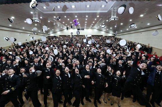 지난 1월 부산 영도구 한국해양대학교에서 열린 해사대학 2017학년도 전기학위수여식에서 졸업생들이 모자를 던지고 있다. [뉴스1]