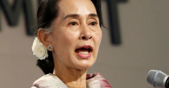 """미얀마 군부가 로힝야족을 대량학살하고 집단 성폭행까지 자행했다는 내용의 유엔 보고서와 관련해 미얀마 정부가 """"분열과 불신을 조장한다""""며 발끈하고 나섰다. 사진은 미얀마 문민 정부를 이끌고 있는 아웅산 수치 국가자문역. [중앙포토]"""