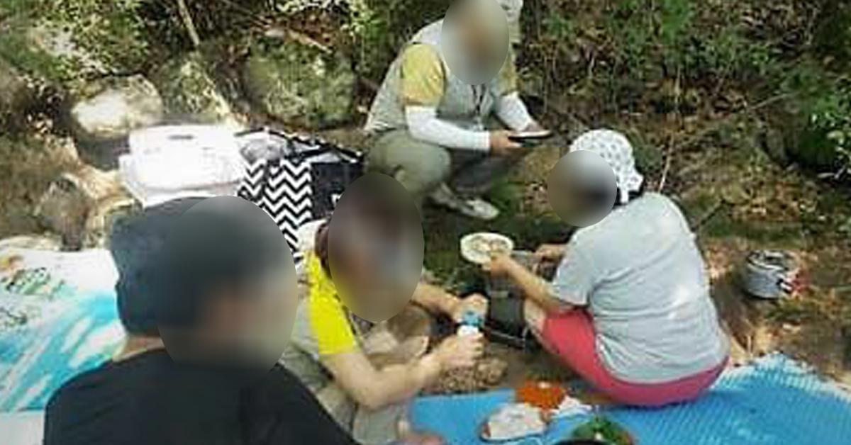 불법취사 등 자연공원법을 어겨 관리공단에 단속되는 탐방객. [사진 속리산사무소]