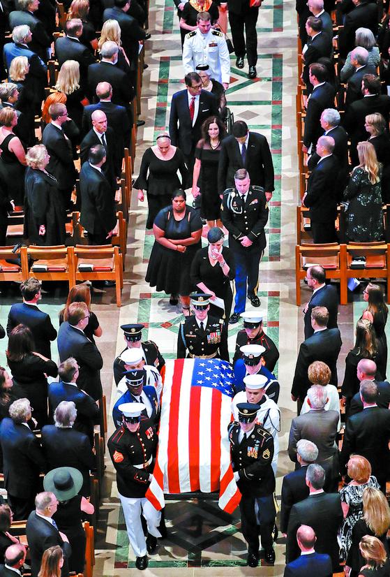 1일(현지시간) 미국 워싱턴 DC 워싱턴 국립 대성당에서 존 매케인 공화당 상원의원의 장례식이 엄수됐다. [AP=연합뉴스]