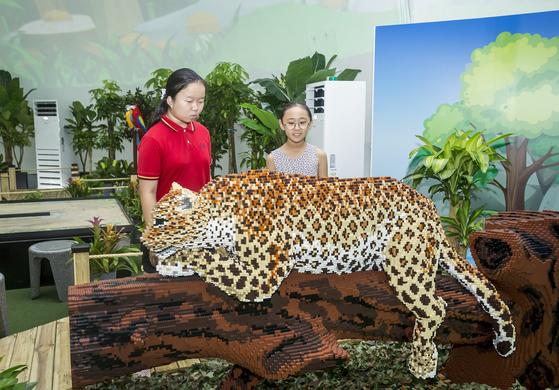 4만 개 이상의 블록으로 완성한 멸종위기 동물 표범. 통나무도 모두 블록으로 만들었다.