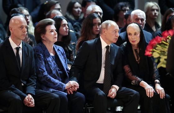 2일(현지시간) 러시아 가수 이오시프 코브존의 영결식에 참석한 블라디미르 푸틴 대통령이 옆자리에 앉은 코브존 아내와 이야기를 나누고 있다. [AP=연합뉴스]