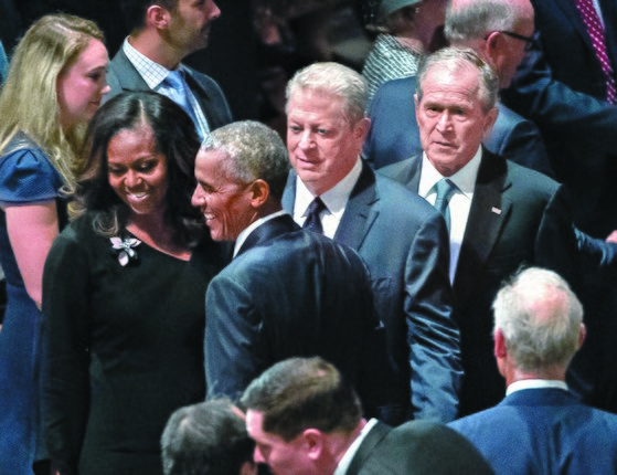 버락 오바마(왼쪽), 조지 W 부시(오른쪽) 전 미국 대통령과 앨 고어(가운데) 전 부통령이 1일(현지시간) 워싱턴 국립대성당에서 열린 존 매케인 상원의원 장례식에 참석했다. 현직인 도널드 트럼프 대통령은 고인의 뜻에 따라 장례식에 초청받지 못하고 골프클럽으로 향했다. [AP=연합뉴스]