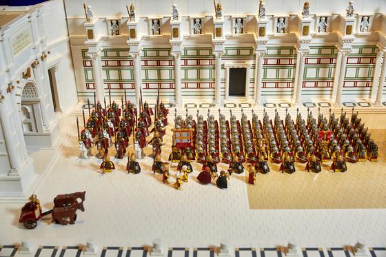 '임페리얼 포럼' 디오라마는 고대 로마제국의 모습을 재현했다. 로마황제 피겨는 매우 희귀한 아이템이다.