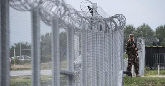 마리화나 밀수를 위해 세르비아-헝가리 국경을 넘은 헝가리인 남성이 현지 경찰에 체포됐다. 사진은 난민 유입을 막기 위해 헝가리 국경에 설치된 장벽. [AP=연합뉴스]