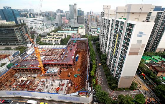 지난달 31일 오전 4시 38분께 서울 금천구 가산동의 한 아파트 인근 도로에 가로 30m, 세로 10m, 깊이 6m의 땅꺼짐이 생기면서 주민 200여명이 대피했다. [연합뉴스]