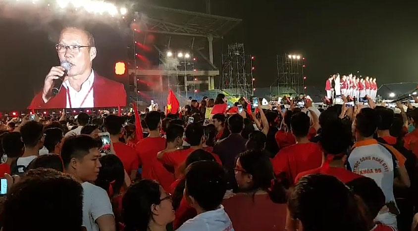2일 오후 베트남 수도 하노이에 있는 미딘 국립경기장에서 열린 환영행사에서 박항서 감독이 인사말을 하고 있다. 박 감독은 아시안게임 사상 첫 4강 신화를 이룬 베트남 축구대표팀과 함께 이날 오후 금의환향했다. [연합뉴스]